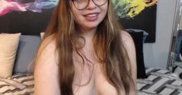 Häßliche dicke Brillenschlage mit Hängetitten