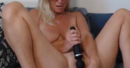 Rasierte Milf masturbiert